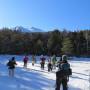 凍った牛留池をスノーシューで歩く